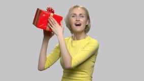 Femme Excited avec le cadre de cadeau clips vidéos