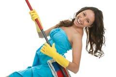 Femme Excited ayant l'amusement tout en nettoyant photo stock
