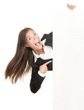 Femme Excited se dirigeant au signe Image stock