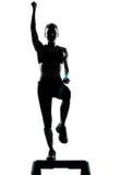 Femme exerçant l'aérobic d'opération Image libre de droits