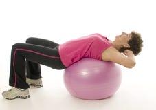 Femme exerçant la bille de forme physique de formation de noyau Images stock