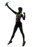 Femme exerçant la forme physique tenant la silhouette de boissons d'énergie Image stock