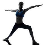 Femme exerçant la position 2 de guerrier de yoga photos libres de droits