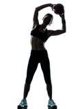 Femme exerçant la séance d'entraînement de séance d'entraînement de bille de forme physique Images libres de droits
