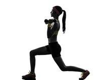 Femme exerçant la silhouette de formation de poids de séance d'entraînement de forme physique photographie stock