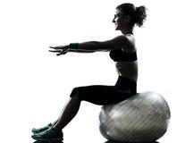 Femme exerçant la silhouette de séance d'entraînement de boule de forme physique image libre de droits