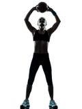 Femme exerçant la silhouette de séance d'entraînement de boule de forme physique photographie stock