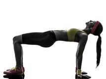 Femme exerçant la silhouette de séance d'entraînement de forme physique de position de planche image libre de droits