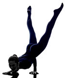 Femme exerçant la silhouette de yoga de pose de paon de Mayurasana Image stock