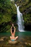 femme exotique de cascade à écriture ligne par ligne Images stock