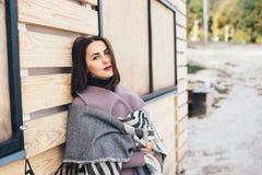 Femme extérieure de portrait de beauté en automne sur la plage Images libres de droits