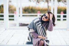 Femme extérieure de portrait de beauté en automne sur la plage Photo libre de droits