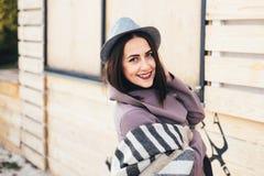 Femme extérieure de portrait de beauté en automne sur la plage Photographie stock libre de droits