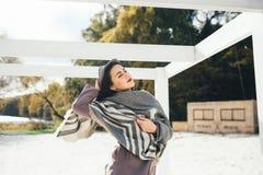 Femme extérieure de portrait de beauté en automne sur la plage Photos libres de droits
