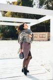 Femme extérieure de portrait de beauté en automne sur la plage Image stock