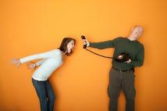 Femme fâché à un appel téléphonique Photo stock