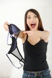 Femme fâché avec le soutien-gorge à disposition. Photo libre de droits