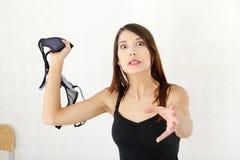 Femme fâché avec le soutien-gorge à disposition. Images libres de droits