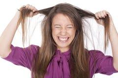 Femme fâché tirant son cheveu Image stock