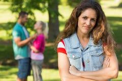 Femme fâchée avec l'homme et l'amie à l'arrière-plan au parc Images libres de droits