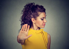 Femme fâchée contrariée avec la mauvaise attitude présentant l'exposé au geste de main photographie stock