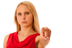 Femme fâchée d'affaires dans la chemise rouge se dirigeant dans l'isolant de l'espace de copie Images stock