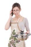 Femme fâchée dans le kichen tenant le pot altercating au-dessus du téléphone photo stock