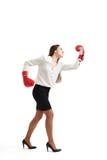Femme fâchée dans les gants de boxe rouges Images stock