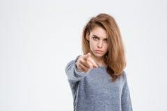 Femme fâchée dirigeant le doigt à l'appareil-photo photographie stock