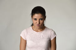 Femme fâchée et bouleversée latine semblant déprimé furieux et fou dans l'émotion intense de colère photographie stock libre de droits
