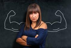 Femme fâchée et forte de brune à l'exposition de tableau noir ou de tableau Photographie stock