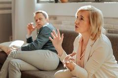 Femme fâchée expressive faisant des gestes activement tout en expliquant son mécontentement image stock