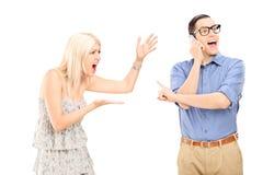 Femme fâchée hurlant à son ami Photo stock
