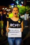 Femme fâchée protestant, Bucarest, Roumanie Photos stock