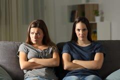 Femme fâchée regardant l'appareil-photo près de son ami Image libre de droits