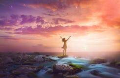 Femme félicitant au lever de soleil Photo libre de droits