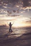 Femme félicitant dans l'océan images libres de droits