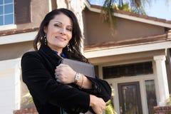 Femme féminin hispanique d'affaires devant la maison Image libre de droits