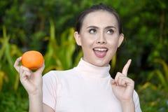 Femme féminine créative avec une orange photographie stock libre de droits