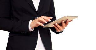 Femme féminine d'affaires travaillant avec une tablette de Digitals Photo stock