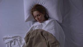 Femme faible dormant à la salle d'hôpital, hospitalisation, soins de santé, dessus-vue banque de vidéos