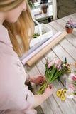 Femme faisant à bouquet de tulipe la vue supérieure Photo stock