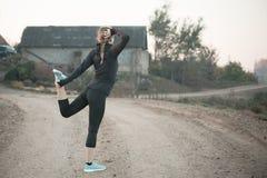 Femme faisant étirant des exercices photo stock