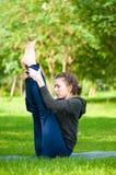 Femme faisant étirant l'exercice. Yoga image libre de droits