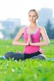 Femme faisant étirant le yoga d'exercice de forme physique. lotus image stock