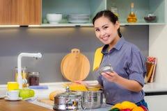 Femme faisant cuire dans la cuisine photographie stock libre de droits