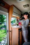 Femme faisant cuire dans le campeur, motorhome rv intérieur photo libre de droits