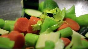 Femme faisant cuire des légumes clips vidéos