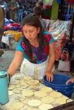 Femme faisant cuire des tortillas Images libres de droits