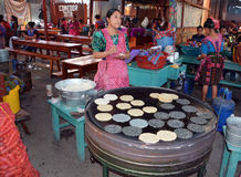 Femme faisant cuire des tortillas Photo libre de droits